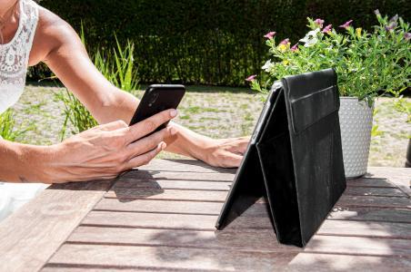 Smartphone und Tablet im Sommer