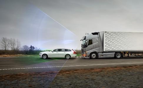 Die Kollisionswarnung mit Notbremse warnt den Fahrer, wenn das Risiko des Auffahrens auf das vorausfahrende Fahrzeug besteht, und aktiviert bei Bedarf die Bremsen