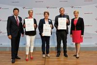 Bundesfamilienministerin  Franziska Giffey überreicht die Zertifikate