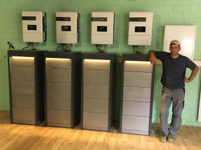 Vier 21,6 kWh CrystalTower Stromspeicher der Powertrust GmbH mit einer Gesamtkapazität von 86,4 Kilowattstunden versorgen den Frenkenhof bei Meerbuschauch nachts mit vor Ort erzeugtem Sonnenstrom ©Powertrust GmbH
