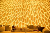 M|R Walls im Wohnbereich · Design: Honey · Spezialeffekt: mit gelben Licht hinterleuchtet