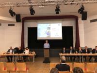 Pressekonferenz mit Schulleiter Jürgensen-Engl (am Pult), Initiatorin Anika Buche und Unternehmer Frank Thelen (links vom Pult) und Bürgermeister Dirk Breuer