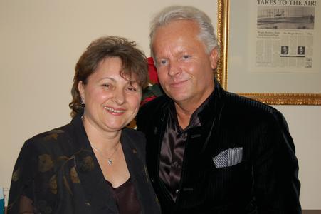 Armin Luft, der Firmengründer und Geschäftsführer von Laser 2000, gratuliert und freut sich mit Tanja Depner (Leitung Service & Logistik)