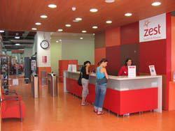 Jedes Fitnesscenter verfügt über mehr als 400 Garderobenschränke. Drehkreuze mit LEGIC Lesegeräten befinden sich im Eingangsbereich der neuesten Zest-Studios
