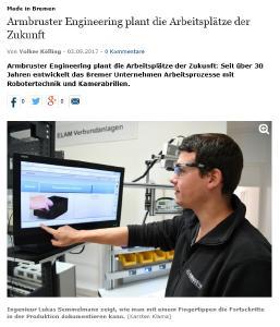 Ingenieur Lukas Semmelmann zeigt, wie man mit einem Fingertippen die Fortschritte in der Produktion dokumentieren kann. (Bild Karsten Klama)