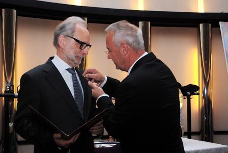 Präsident Uwe Breuer (rechts) hat die Goldene Ehrennadel des VDZI an Jürgen Schwichtenberg, Ehrenpräsident des Verbandes Deutscher Zahntechniker-Innungen, verliehen