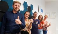 Mitarbeiter der rooom AG freuen sich über die Top 10 Platzierung