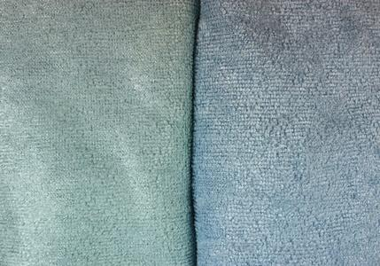 Farbunterschiede der Reinigungstücher aus Mikrofaser vor und nach der Ausrüstung mit Kupferpigmenten © Hohenstein Institute