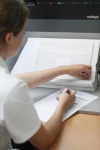 Durch Bewertungen von Testgeweben liefern die Probanden wertvolle Aussagen zur Bestimmung von Blickdichtigkeit. © Hohenstein Institute