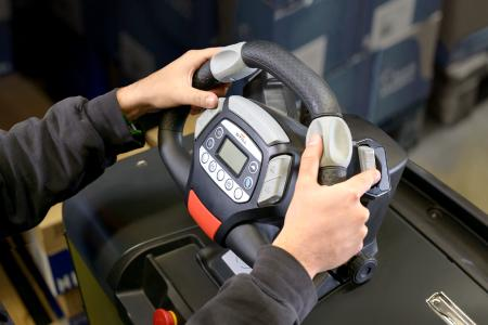 Dank STILL Easy Drive kann der Bediener das Lenkrad in allen Fahrsituationen nicht nur perfekt umfassen, sondern ist auch in der Lage, selbst während des Lenkens und Fahrens alle Funktionen intuitiv zu bedienen. Foto: STILL GmbH