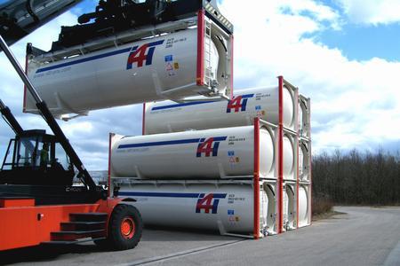 Intermodaler Verkehr: Verladesituation von Silo-Containern.