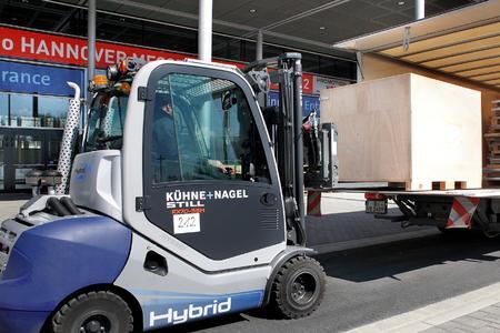STILL RX 70 Hybrid Dieselstapler bei Entladung von Messeausrüstung