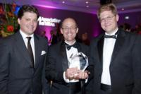 Ihr Unternehmergeist wurde mit hochkarätiger Auszeichnung in London belohnt: Dr. Wolfgang Kalthoff (rechts) und Jörg Wiemer (Mitte) mit Professor Dr. Daniel Veit, Academic Director des ESSEC & MANNHEIM Weekend Executive MBA. Foto: Jonathan Richards