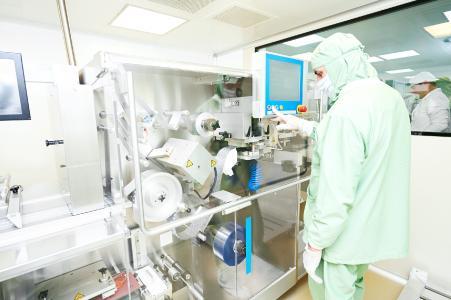 Mit der symmedia SP/1 OEE-App überwachen auch Pharma- und Chemieunternehmen ihre Maschinen und überprüfen bspw. deren Verfügbarkeit (Quelle: shutterstock)