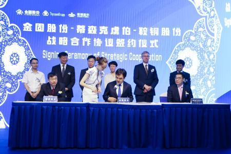 von links nach rechts sitzend: Meng Jingsong, Deputy General Manager Ansteel, Jin Jiayan , Vice President of Jingu, Dr. Sun, Head of Regional Business Development, thyssenkrupp Steel Europe. Stehend dahinter: Wang Yidong, Chairman Ansteel (2. v. links), Sun Fengfeng, CEO Jingu (3. v. links), Dr. Heribert F. Fischer, Produktionsvorstand thyssenkrupp Steel Europe (5. v. links)