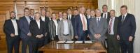 Prof. Drechsler (Mitte, rote Krawatte) unterzeichnete im mit weiteren Unternehmensvertretern das UAM-Manifesto of Intent im Historischen Sitzungssaal in Ingolstadt (© Stadt Ingolstadt / Rössle)