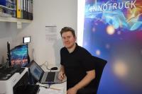 InnoTruck-Wissenschaftler Dr. Tobias Schwalbe streamt direkt aus dem Home-Office ins virtuelle Klassenzimmer