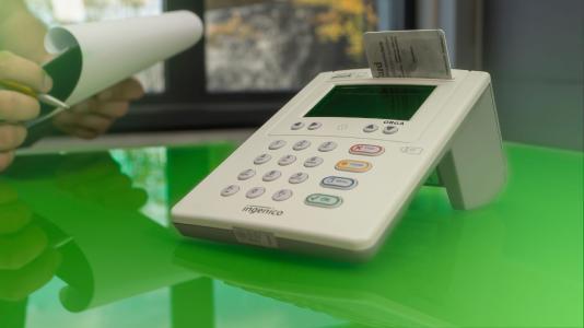 Zur Anbindung an die Telematik-Infrastruktur müssen Ärzte und Kliniken auch neue, zertifizierte Kartenterminals einführen. Bild: akquinet AG