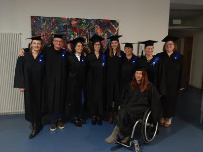 Die stolzen Absolvent*innen des ersten Jahrgangs im Master Beratung & Coaching mit dem Wissenschaftlichen Leiter Prof. Dr. Christoph Walther