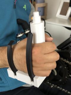 So sieht das Kopplungssystem in Gebrauch aus. Den Knopf an der Oberseite können Tetraplegiker zum Öffnen mit der Stirn oder dem Kinn bedienen (Foto: © Hochschule Aalen | Tanja Heider)