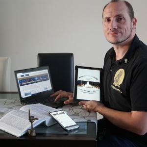 Marcel Vergöls schreibt in Aachener Mundart im Netz und nun auch in seiner App. Für sein Engagement erhielt er bereits den Aachener Klenkes-Preis (der erhobene kleine Finger - Klenkes genannt - ist ein regionales Erkennungszeichen). Foto: Annika Vergöls