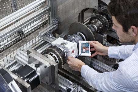 Auf der Antriebswelle eines Zweitaktmotors angebrachter Beschleunigungssensor mit Elektronik zur Datenverarbeitung und drahtloser Echtzeit-Datenübertragung (Foto: Raapke/Fraunhofer LBF)