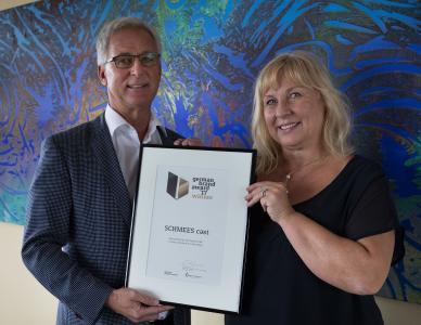 """Das Ehepaar Schmees mit der Urkunde """"German Brand Award 2017"""" / Foto: Schmees"""