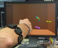 Wie funktioniert eine Handprothese auch nach dem erneuten Anlegen der Elektrodenmanschette (Bild) wieder einwandfrei? Das zeigen Bielefelder Forschende mit einem Exponat auf der Hannover Messe / Quelle: Universität Bielefeld