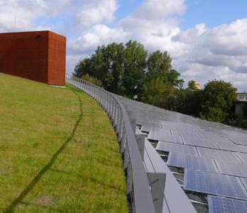 Die dachintegrierte 164 Kilowatt-Photovoltaikanlage der neuen Firmenzentrale von SOLON SE ist eine hausge-machte Spezialanlage und umrandet das geschwungene Gründach.