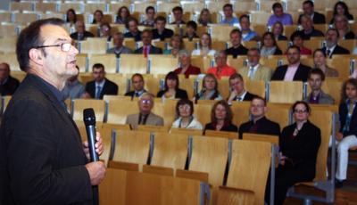 Dr. Klaus von Stackelberg begrüßte die Absolventinnen und Absolventen der Fachhochschule Flensburg / Foto: Gatermann