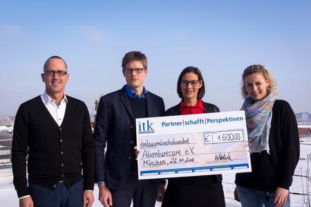 Gemeinsam für den guten Zweck, v.l.n.r.: Andreas Könnecke (Vorsitzender von adventurecare e.V.), Alexander Prahl (Bereichsleiter für Ingolstadt und München bei ITK Engineering), Birgit Manglkrammer (Vorsitzende von adventurecare e.V.) und Bianca Kuhn (Leiterin Marketing bei ITK Engineering), Foto: ITK Engineering