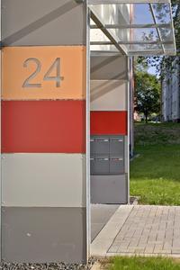 Verschieden farbig gestaltete Eingangsbereiche geben den einzelnen Gebäuden ihre Individualität