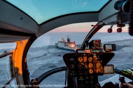 Blick aus dem Helikopter: Polarstern bei seiner Fahrt durch das Meereis