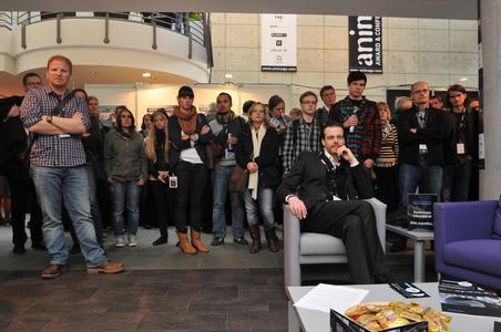 Interessierte Besucher in der DOSCH DESIGN Lounge beim animago 2011