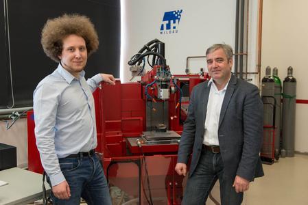 """Stefan Zinn (li.), TH Wildau: """"Uwe Schmeil (re.) und das Team von AMF gingen als einzige auf unsere Wünsche ein und lieferten eine hervorragende Lösung, die genau auf unseren Bedarf ausgerichtet war."""" Dass die Zusammenarbeit so gut klappt, führen beide auch auf die gute 'Chemie' zurück."""