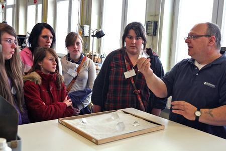 Pressefoto: 18 Mädchen informieren sich bei Schneider-Kreuznach über technische Ausbildungsberufe in der Optik-Produktion