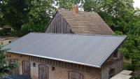Wenn es vorallem zweckmäßig sein muss, eignen sich preiswerte Trapezprofile von LUXMETALL® als Dacheindeckung.