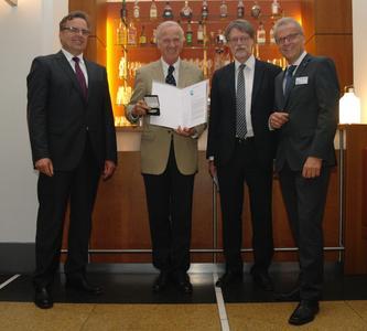 Preisträger Prof. Dr.-Ing. Erich Barke mit Dr.-Ing. Jürgen Haase, Prof. Dr. Wolfgang Nebel, Vorstandsmitglieder im edacentrum und Laudator Dr. Peter van Staa