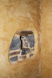 In den Innenräumen des Haupt- wie auch des Gästehauses wurden die Wände mit hanffaserarmiertem Lehmputz beschichtet und anschließend in warmen Ocker- und Maistönen kunstfertig gestaltet. Foto: Achim Zielke