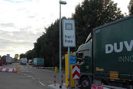 Lkw-Parkplatz mit Schranke und Anzeige freier Plätze