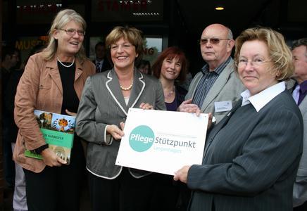 Bundesgesundheitsministerin Ulla Schmidt (2. von links) übergibt dem Pflegestützpunkt ein Adressschild für den Eingang am Langenhagener Markt