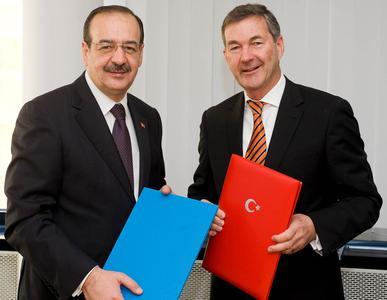 Nach der Unterzeichnung: TSE-Präsident Tahir Büyükhelvacigil und DIN-Direktor Dr. Torsten Bahke