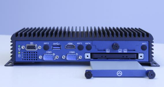 Anwender profitieren vom lüfterlosen, wartungsfreien Design der neuen Industrie-PC-Serie EmbeddedLine EL1093, bei dem man auf den Laufwerkschacht werkzeuglos zugreifen kann.