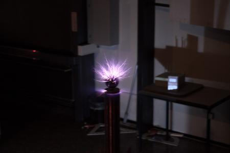 Der Tesla-Generator sorgt für stimmungsvolle Weihnachtsbeleuchtung (Foto: HSKL)