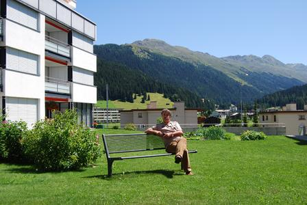 Die Tiefgaragenbegrünung dieser Wohnanlage in Davos bietet großflächige Rasenbereiche und einige Sitzgelegenheiten