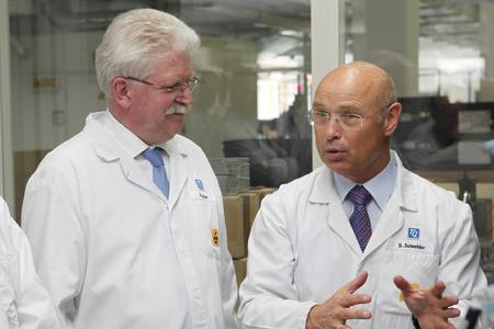 Minister Martin Zeil mit TQ-Geschäftsfüher Detlef Schneider