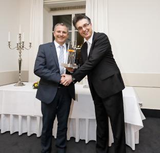 Thomas Gerhards, Key Account Manager von ACE und im Vertrieb verantwortlich für das Partnergeschäft, zeichnet Peter Mayr, Prokurist von Nold Hydraulik & Pneumatik, in der Kategorie Bonusheftnutzung aus