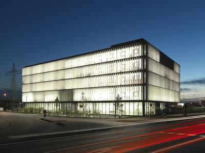 Beleuchtetes BFFT-Headquarter in Gaimersheim
