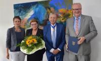 Vlerleihung des Hessischen Verdienstordens an Hans-Jürgen Schneider durch Finanzminister Dr. Thomas Schäfer