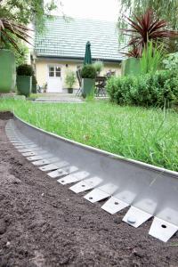 Die flexiblen Beeteinfassungen der Firma Richard Brink rahmen Beete nicht nur ein, sondern erleichtern auch die Gartenarbeit, denn dem unerwünschten Ausufern der Rasenfläche in die Beete wird somit ein Riegel vorgeschoben